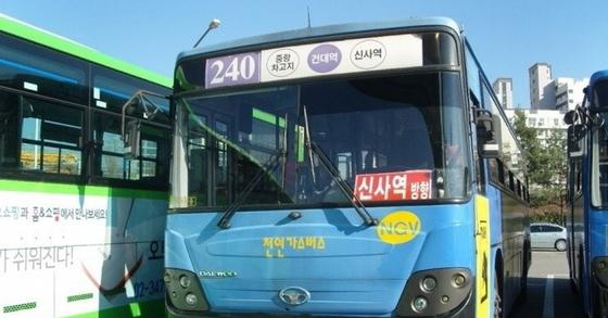 11일 240번 버스에서 7세 아이 혼자 하차하고 아이 엄마가 내리지 못한 채 버스 기사가 문을 닫은 사건이 논란이 됐다. [연합뉴스]