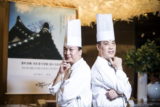 종가 내림음식 프로모션을 기획하고 핵심 역할을 한 더 플라자 호텔의 김창훈 조리 기획 셰프(왼쪽)와 뷔페 레스토랑 세븐스퀘어의 김용수 수석 셰프. 박종근 기자