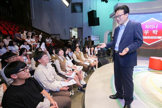 우진훈 교수는 목포서 열린 토크 콘서트에서 세계로 눈을 돌려야 한다고 강조했다. [프리랜서 장정필]
