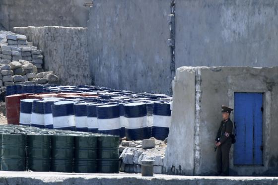 중국 단둥과 국경을 마주하고 있는 신의주에서 북한군이 유류저장고를 지키고 있다. [단둥 AP=연합뉴스]