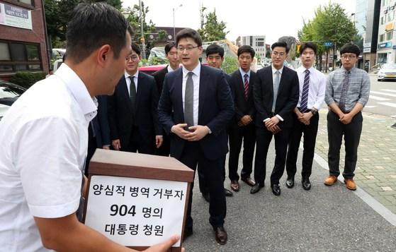 지난 11일 김진우 변호사는 양심적 병역거부로 현재 수감중인 사람 360명과 재판이 진행중인 544명 등 904명의 대체복무제 도입 청원이 담긴 청원서를 청와대에 전달했다. 김상선 기자
