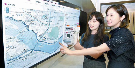 LG유플러스가 연내 전국에 10여 개의 홈 통신 체험 매장을 구축하는 등 사물인터넷의 영토를 확장하고 있다. 사진은 현장에 가지 않고도 도시가스 측정 계량기를 관제할 수 있는 시스템의 모습. [사진 LG유플러스]