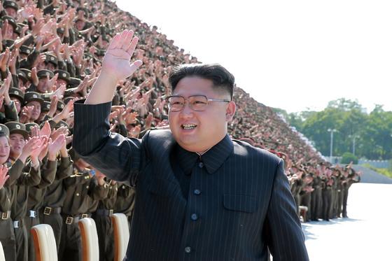 김정은 북한 노동당 위원장이 조선인민군 제4차 청년동맹초급단체비서열성자대회 참가자들과 기념촬영을 한 뒤 손을 흔들고 있다. 이 사진을 보도한 조선중앙통신은 촬영일자와 장소를 밝히지 않았다. [연합뉴스]
