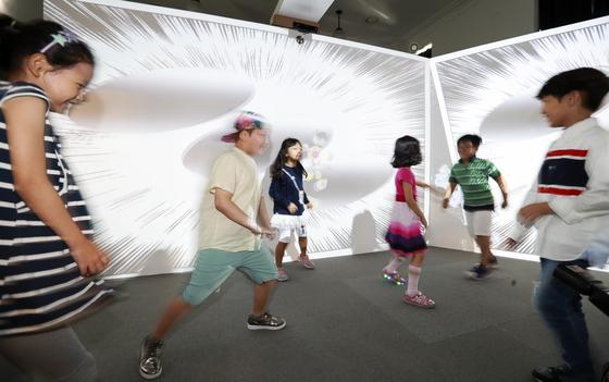 어린이들이 서울 '문화역서울284' 2층 플레이그라운드 전시 홀에서 아트체험을 하고 있다. 임현동 기자