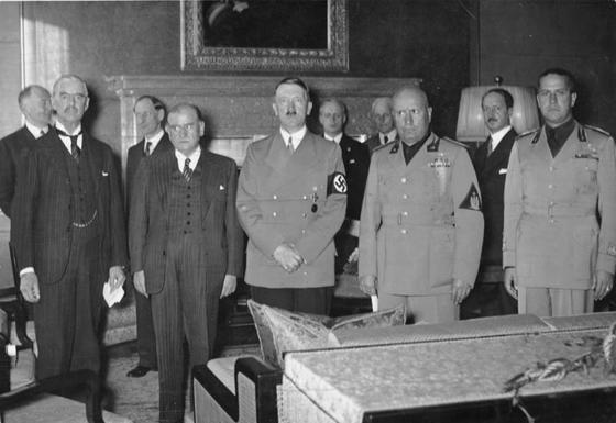 뮌헨협정 체결 뒤 함께 선 체임벌린 영국 총리, 달라디에 프랑스 총리, 히틀러 독일 총통, 무솔리니 이탈리아 총리, 키아노 이탈리아 외무장관(왼쪽부터).[중앙포토]