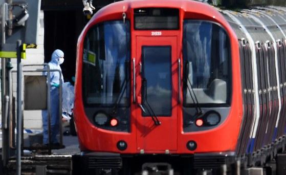 15일(현지시간) 런던에서 사제 폭탄이 터진 지하철을 전문가들이 조사하고 있다. [EPA=연합뉴스]