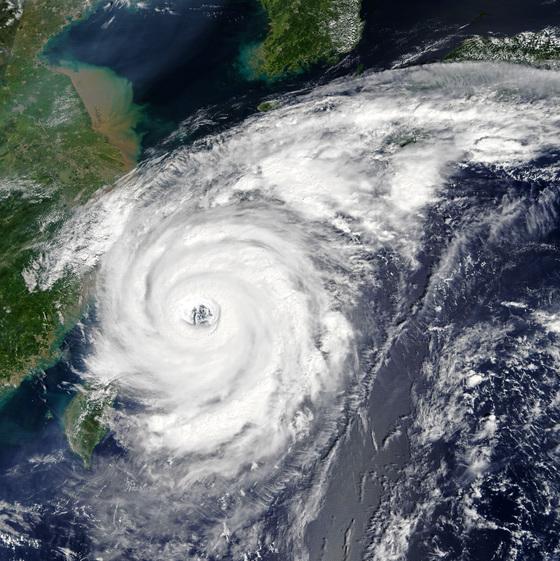 대만 북쪽 중국 연안을 지나는 제18호 태풍 탈림. 태풍의 눈이 선명하다. 북쪽에 한반도의 모습도 보인다. [사진 미항공우주국(NASA)]