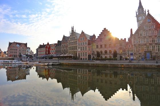 벨기에 겐트를 가로지르는 리스강에서 바라본그라슬레이 거리. 중세 상인조직 길드가 세운 옛건물이 즐비하다. 유럽 여행의 필수 코스에 빠져있는 게 이상할 정도로 겐트는 유럽의 내로라하는중세 도시 못잖은 예스러운 풍경을 자랑한다.