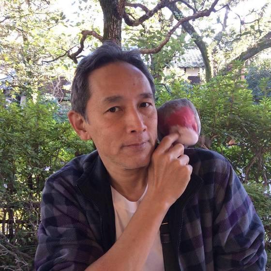 후뢰시맨의 레드후뢰시로 출연한 다루미 도타.지금은 도쿄에서 앵무새를 키우며 살고 있다. 직업은 정장 모델이다. [다루미 도타 페이스북]