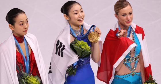 2010.2.24.임현동 기자 hyundong30@joongang.co.kr/ 25일(한국시간) 밴쿠버 퍼시픽 콜리시움에서 열린 동계올림픽 피겨스케이팅 시상식에서 김연아가 금메달을 목에 걸고 아사다 마오(왼쪽), 조아니에 로체테와 팬들에게 인사하고 있다.