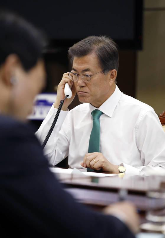 문재인 대통령이 15일 오후 청와대 여민관에서 아베 신조 일본 총리와 전화 통화를 하고 있다.[청와대 제공=연합뉴스]