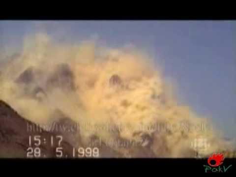 1998년 인도 핵실험 현장. 지하 핵실험인데도 진동으로 인해 지상에서 거대한 먼지기둥이 일고 있다. [중앙포토]