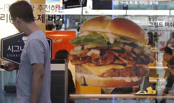한국맥도날드는 일명 '햄버거병' 논란에 이어 초등학생들이 집단으로 장염에 걸렸다는 주장까지 나오면서 지난 2일 공식입장을 내고 이날부터 전국 모든 매장에서 불고기 버거 판매를 잠정 중단하기로 했다고 밝힌바 있다. 사진은 3일 서울 시내 한 맥도날드 매장 모습. [연합뉴스]