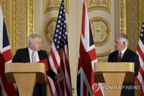 영국 런던에서 기자회견 중인 보리스 존슨 영국 외무장관(왼쪽)과 렉스 틸러슨 미국 국무장관. [AP=연합뉴스]