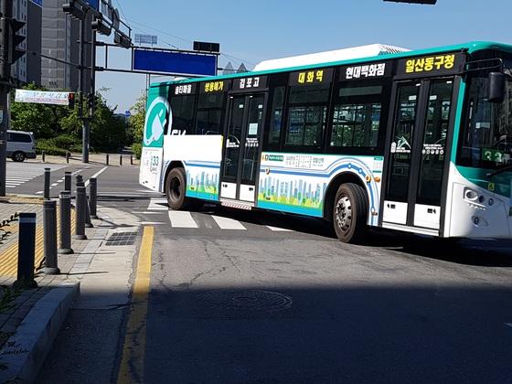 지난 13일 시내버스가 자전거를 타고 횡단보도를 건너던 A군(13)을 덮쳐, A군이 숨졌다. 사진은 사고를 낸 같은 노선번호의 시내버스가 사고 횡단보도를 지나고 있다. 임명수 기자