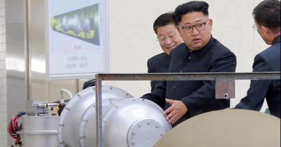 북한 김정은 노동당 위원장이 핵무기연구소를 현지지도했다고 3일 조선중앙통신이 보도했다.   김 위원장 뒤에 세워둔 안내판에 북한의 ICBM급 장거리 탄도미사일로 추정되는 '화성-14형'의 '핵탄두(수소탄)'이라고 적혀있다. [사진 조선중앙통신]