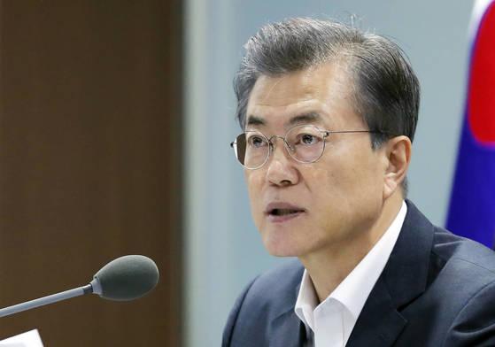 문재인 대통령이 15일 오전 청와대에서 국가안전보장회의(NSC) 전체회의를 주관, 북한의 미사일 발사 대응 방안을 논의하고 있다. [사진 청와대]