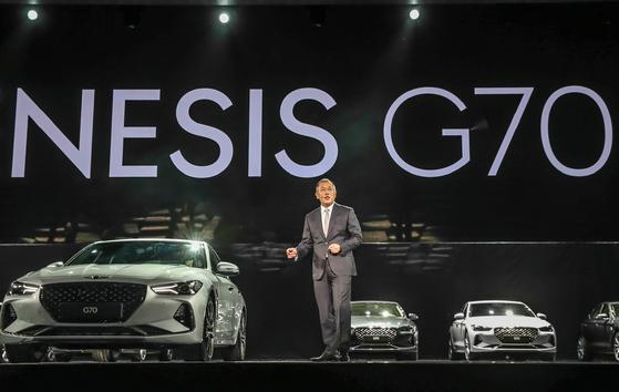 15일 서울 송파구 올림픽공원에서 열린 제네시스 G70 출시 기념 행사에서 정의선 현대차 부회장이 인사말을 하고 있다. 이날 행사에는 그웬 스테파니, 안드라 데이 등 세계적 가수가 참여했다. [사진 현대차]