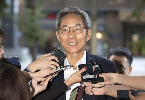 윤종규 회장이 15일 오전 서울 여의도 국민은행 본점에서 취재진 질문에 답하고 있다. [뉴시스]