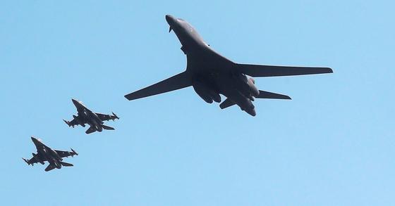 미국 전략폭격기 B-1B(가운데)가 13일 오전 괌 기지를 출발해 경기도 오산 공군기지 상공을 지나고 있다. [사진공동취재단]