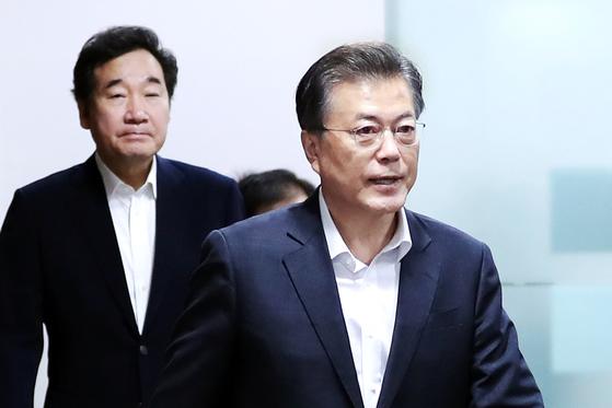 """북한이 탄도미사일 도발을 한 15일 문재인 대통령과 아베 신조 일본 총리가 34분간 통화를 했다. 두 정상은 """"국제사회가 유엔 안전보장이사회 결의 2375호를 채택해 북한의 핵과 미사일 도발에 대한 단합된 의지를 표명했음에도 또다시 미사일 발사 도발을 감행한 것을 강력히 규탄한다""""는 데 뜻을 같이했다. 도널드 트럼프 미국 대통령도 미사일 발사 소식을 즉각 보고받았다. [사진 청와대=연합뉴스]"""