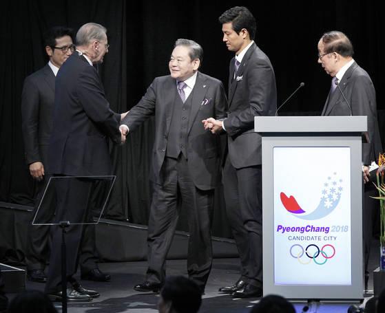 이건희 삼성 회장. 사진은 2011년 7월 6일 남아공 더반 국제컨벤션센터에서 열린 국제올림픽위원회(IOC) 총회에 참석한 이건희 삼성회장이 평창 유치위 프리젠테이션이 끝난 뒤 자크로게 IOC위원장과 악수하는 모습.  [연합뉴스]
