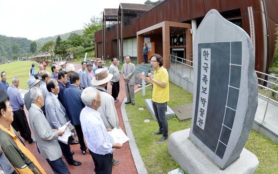 대전시 중구 침산동에 있는 한국족보박물관 잎구에서 관람객들이 심민호 학예연구사(오른쪽 노란 셔츠)의 설명을 듣고 있다. 프리랜서 김성태
