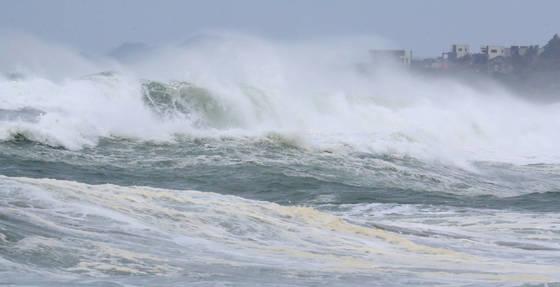 제18호 태풍 '탈림'의 북상으로 태풍특보가 확대중인 15일 오전 제주 서귀포시 중문 앞바다에 거센 파도가 몰아치고 있다. [연합뉴스]