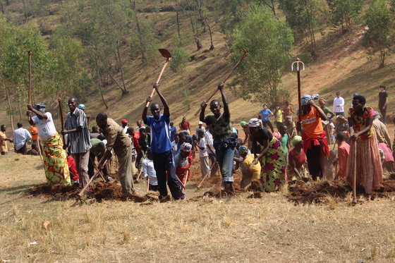 지난달 26일 오전 르완다 잘리 지역에서 '우무간다'(협동작업)에 참여하기 위해 주민 200여명이 모였다. 초록우산어린이재단이 짓는 영유아 학교로 향하는 길을 내는 작업이다. 최규진 기자