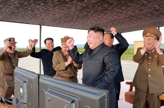 """북한 김정은 노동당 위원장이 미사일 발사훈련을 지켜보고 """"무제한한 제재봉쇄 속에서도 국가핵무력 완성 목표를 어떻게 달성하는가를 똑똑히 보여주어야 한다""""며 """"이제는 그 종착점에 거의 다달은 것만큼 전 국가적인 모든 힘을 다하여 끝장을 보아야 한다""""고 말했다. [사진 평양 조선중앙통신]"""