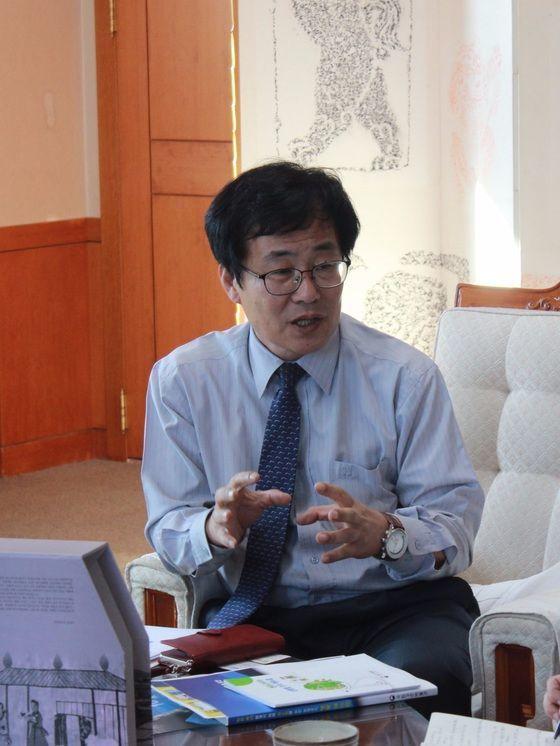 유병하 국립경주박물관장이 지난 14일 관장실에서 박물관의 지진 대응 조치에 대해 설명하고 있다. [사진 국립경주박물관]