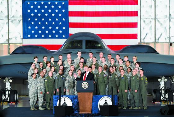 B-2 전략폭격기 앞에서 북한에 대한 군사행동 가능성을 강하게 내비친 도널드 트럼프 미국 대통령.