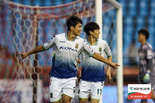 전북 공격수 이동국이 17일 포항을 상대로 1골-2도움을 올렸다. 이동국은 K리그 최초로 70(골)-70(도움) 클럽에 가입했다. [사진 프로축구연맹]