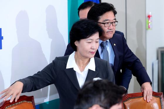 더불어민주당 추미애 대표와 우원식 원내대표가 15일 오전 국회에서 열린 최고위원회의에 참석하고 있다. 박종근 기자