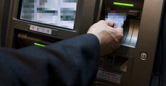 이 여성은 남자친구의 휴대전화 케이스에 있던 카드를 몰래 빼내 현금을 훔쳤다. [중앙포토]