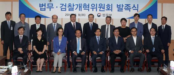 지난달 9일 발족한 법무·검찰개혁위원회의 위원들 모습. 강정현 기자