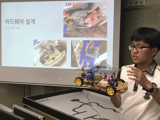 지난 1학기 마포고의 로봇기초 수업 장면. 이 수업은 연합형 선택 교육과정으로 운영돼 인근의 경복여고와 동양고 학생들도 함께 수업을 들었다.[사진 마포고]