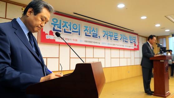 '원전의 진실, 거꾸로 가는 한국' 토론회가 바른정당 김무성-강길부 의원과 자유한국당 정갑윤-정진석 의원 공동주최로 8월 30일 오전 국회 의원회관에서 열렸다. 김무성 의원이 토론회 사회를 맡았다. 박종근 기자