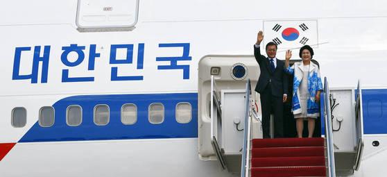 미국 공식방문 문재인 대통령과 부인 김정숙 여사가 지난 6월 미국 공식방문을 위해 워싱톤 앤드류스 공군기지에 도착, 트랩을 내려오고 있다. [청와대사진기자단]