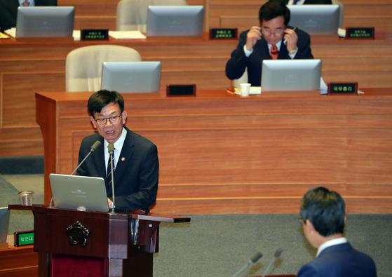 김상조 공정거래위원장이 지난 13일 열린 국회 경제분야 대정부질문에 출석해 국민의당 김성식 의원의 질의에 답하고 있다. 박종근 기자