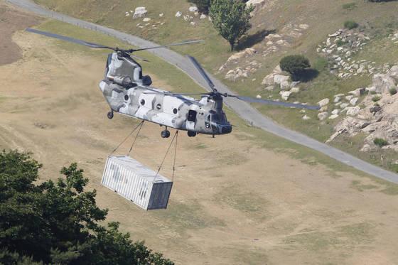 지난 6월 8일 고고도미사일방어(THAADㆍ사드) 체계가 배치된 경북 성주군 사드기지에서 육군 치누크(CH-47)헬기가 주한미군 컨테이너를 매달고 기지를 떠나는 모습이 여러 차례 목격됐다. 프리랜서 공정식