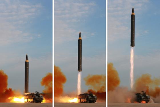 북한 조선중앙통신이 중장거리탄도미사일(IRBM)인 화성-12형 발사 장면을 16일 보도했다. [사진 평양 조선중앙통신]