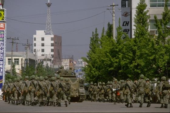 광주 금남로에서 공수부대들이 철수 준비를 하고 있다. [중앙포토]