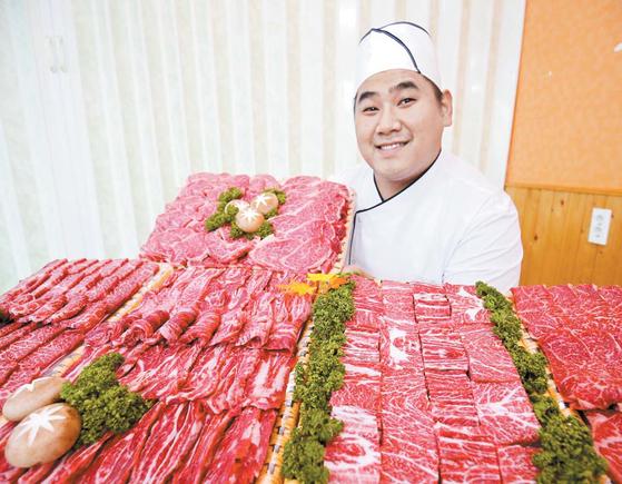 """장흥군 농가의 한우고기는 상대적으로 배합사료 의존도가 높은 다른 지역 한우보다 육질이 좋다. '장흥삶한우' 김희창 대표는 """"같은 등급 중에서도 최상의 고기를 고른다""""고 말했다. 프리랜서 장정필"""