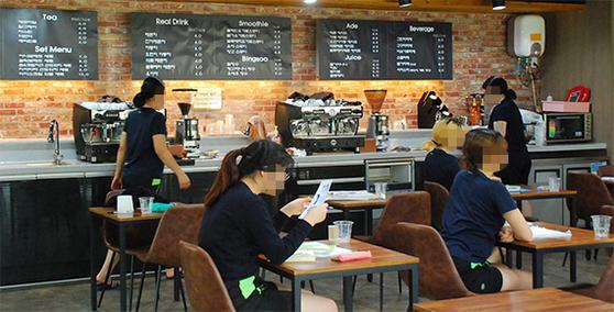 경기도 안양소년원 소녀들이 12일 오후 교육관 실습용으로 설치된 카페에서 바리스타 교육을 받고 있다. 소년원 내부에는 카페를 비롯한 제과제빵?헤어디자인 등의 실습실도 갖췄다. [사진 안양소년원]