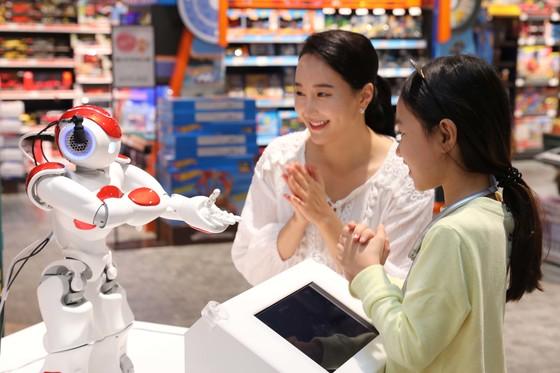 국내 쇼핑 매장에 처음으로 선보인 인공지능(AI) 휴머노이드 '띵구'가 18일 스타필드 고양에서 고객들과 대화하고 있다. [사진 이마트]