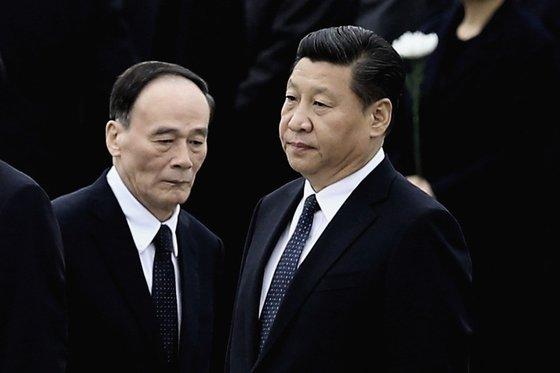 시진핑 중국 국가주석(오른쪽)과 왕치산 중앙 기율검사위 서기. [중앙포토]