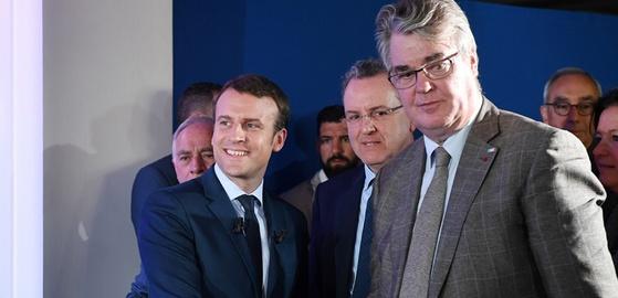 에마뉘엘 마크롱 프랑스 대통령(왼쪽)과 장 폴 들르봐이예 전 앙마르슈 총선 공천위원장. 마크롱 대통령은 들르봐이예를 연금개혁 전담 고위 관료로 임명했다. [AFP]