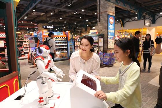 이마트가 스타필드 고양에서 18일부터 5일 동안 시범으로 선보이는 쇼핑 인공지능(AI) 탑재 휴머노이드 로봇 '띵구'. 소비자의 얼굴을 인식해 맞춤 서비스가 가능하다. [사진 이마트]