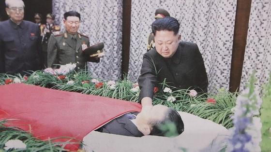 김정은 북한 노동당 위원장이 2015년 12월 김양건 대남비서의 장례식장을 찾아 눈물을 흘리고 있다. [사진 노동신문]